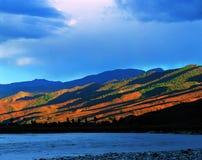 Berg und Fluss Stockfoto