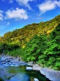 Berg und Fluss lizenzfreie stockfotos