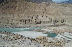 Berg und Fluss in Nord-Pakistan Stockfotografie