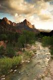 Berg und Fluss am Sonnenuntergang Lizenzfreie Stockfotografie