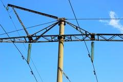 Berg und hängende Drähte der Elektrizitätsübertragung Stockfoto