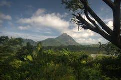 Berg und Himmel lizenzfreie stockbilder