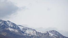 Berg und Himmel an Snowy-Tag stockbilder
