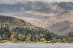 Berg und Küstenlinie Arran in Schottland lizenzfreie stockfotos