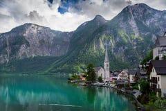 Berg und kleines Dorf lizenzfreie stockfotografie
