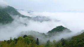Berg und Nebel. lizenzfreie stockfotos