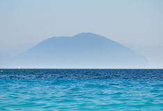 Berg und Ozean gestalten blaues Schattenbild von Spitzen landschaftlich Stockfotografie