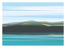 Berg und See an einem hellen Tag Lizenzfreies Stockfoto