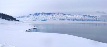 Berg und See im Winter stockfotografie