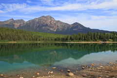 Berg und See mit Reflexion auf dem Wasser Stockfotografie