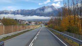 Berg und Straße lizenzfreies stockbild