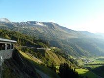 Berg und Tal verschönern mit curvy Straße landschaftlich Lizenzfreies Stockbild