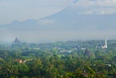 Berg und Tempel lizenzfreies stockfoto