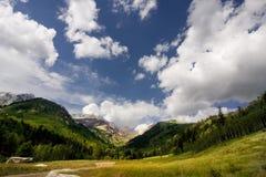 Berg und Wolken lizenzfreie stockfotos