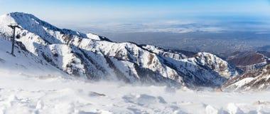 Berg under den insnöade vintern Panorama av snöbergskedjalandskapet Fotografering för Bildbyråer