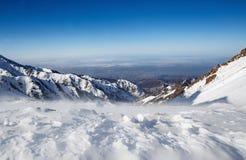 Berg under den insnöade vintern Panorama av snöbergskedjalandskapet Royaltyfri Fotografi