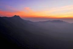 Berg under skymning Arkivbild