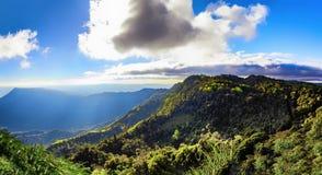 berg van de de zomer de groene wildernis met mist, blauwe hemel en wolken , lan Stock Afbeeldingen