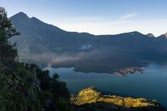 Berg van de Rinjani de actieve vulkaan bij zonsopgang, Lombok-eiland, Indon Royalty-vrije Stock Foto