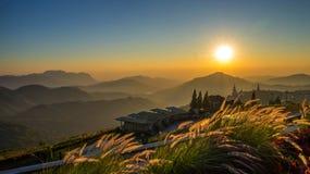 Berg van de zonsopgangthailand van de landschapsaard de mooie stock foto's