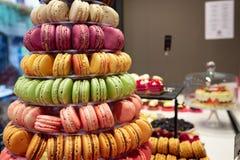 Berg van macarons van verschillende kleuren en aroma's stock foto's