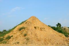 Berg van zand en klei op de achtergrond van blauwe hemel Stock Fotografie