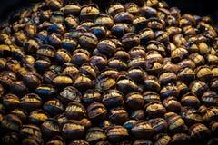 Berg von gebratenen Kastanien an Straße wendor in Italien lizenzfreie stockfotografie