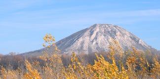 Berg von Tura im Herbst lizenzfreies stockbild