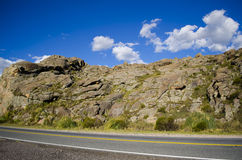 Berg, weg en wolken stock afbeeldingen