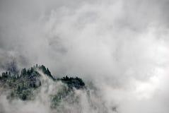 Berg in wolken royalty-vrije stock afbeelding