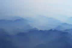 Berg in wolken Royalty-vrije Stock Foto's