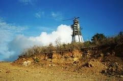 Berg wordt gesneden om rijweg voor Monte Maria te maken die, Stock Afbeeldingen