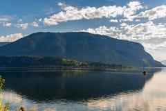 Berg, yacht och sjö med reflexion i Jasper Canada royaltyfri foto