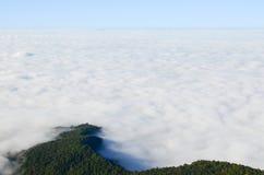 Berg zoals een draak die de wolk tegenkomen Stock Afbeelding