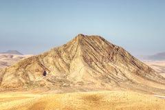Berg zwischen einem Dorf und dem Meer lizenzfreies stockbild