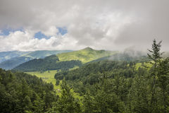Bergabhang bedeckt mit Wolken Stockfoto