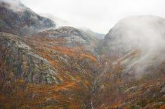Bergabhang mit absteigendem Nebel lizenzfreies stockfoto