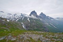 Bergachtig landschap rond Noorse fjord Stock Foto