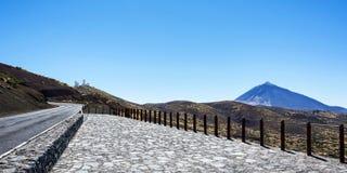 Bergachtig terrein die de vulkaan en het waarnemingscentrum van Teide overzien Stock Fotografie