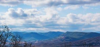 Bergachtig terrein op heldere zonnige dag stock foto's