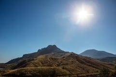 Bergachtig terrein op zonnige dag stock fotografie