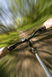 Bergaf berg is het biking die ziet Stock Foto