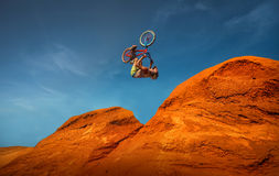 Bergaf de rit van de bergfiets Stock Fotografie