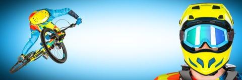 Bergaf extreme sprong en portret blauwe panoramaachtergrond Royalty-vrije Stock Foto