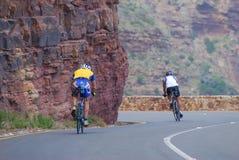 Bergaf fietsers Stock Foto's