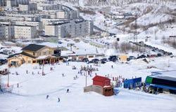 Bergaf het ski?en in de winterbergen in Khibiny stock afbeeldingen