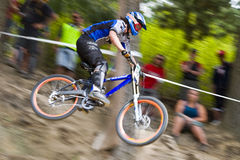 Bergaf Mountainbiker Royalty-vrije Stock Foto's