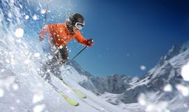Bergaf skiër op hellingen royalty-vrije stock afbeelding