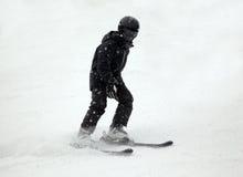 Bergaf skiër in zwarte Royalty-vrije Stock Afbeeldingen