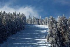 Bergaf ski?en, die snel onderaan de berg, de wintersport gaan Stock Foto